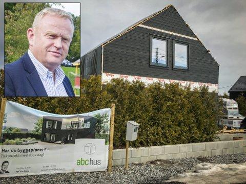 REAGERER: Kjetil Barfelt (FrP) mener politikerne som vedtok at Espen Etland ikke får fullføre huset han har startet å bygge på Ås, ikke har hjemmel til et slikt vedtak.
