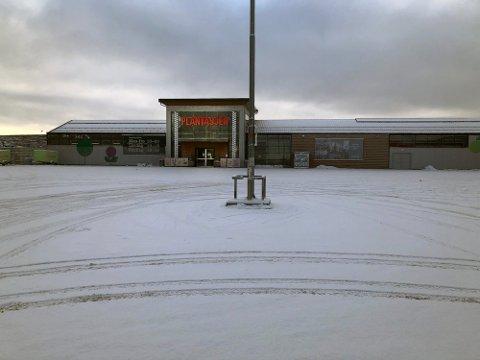 TOMT: Ikke et menneske på parkeringsplassen utenfor butikkene i Nygårdaskrysset her. MDG ønsker å nekte butikker å tilby gratis parkering.