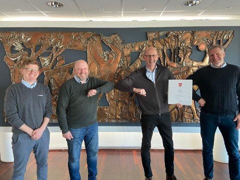 Signering av kontrakt. Fra venstre: Erik Nilsen (prosjektleder Betonmast Østfold), Lars Prangerød (daglig leder Betonmast Østfold), Ola Nordal (ordfører Ås kommune), Lasse Kristiansen (tilbudsansvarlig Betonmast Østfold).