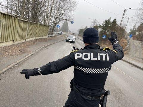 MANGE BLE TATT: Utrykningspolitiet gjennomførte torsdag en trafikkontroll på Rissletta. Det resulterte i haugevis med gebyrer.