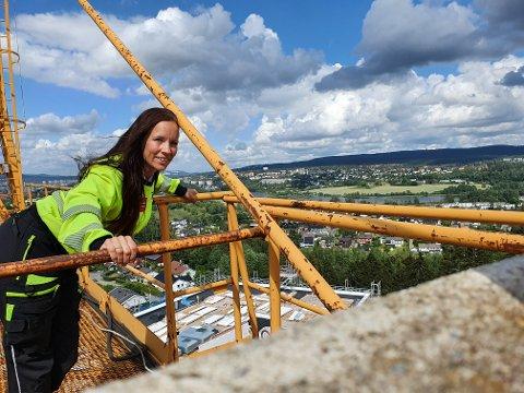 HØYT I SKY: Therese Seppola (35) stortrives i sin nye jobb som kranfører.