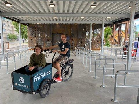 POSITIVE TIL FORSLAG: F.v Olav Fjeld Kraugerud (V) og stortingsrepresentant Solveig Schytz (V) er positive til at ideen om et felles abonnement på sykkel- og bilparkering.