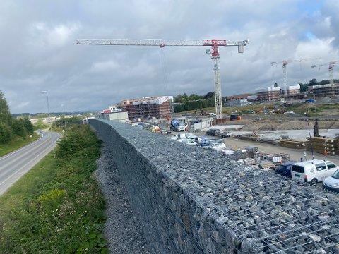 Utbygger har satt opp et flere hundre meter langt steingjerde mot Søndre Tverrvei.
