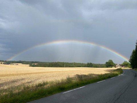 KAN KOMME STYRTREGN: Vakker regnbue over Ås ved 17.30-tida søndag.. Men det kan komme kraftige regnbyger utover kvelden.