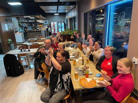 GÅR MOT REGJERINGSSKIFTE: Jubel på Aps valgvake på Charlie's Diner i Ås