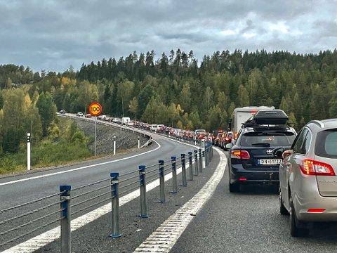 Søndag kveld er det lang kø for alle hjemreisende fra Sverige, over Ørje tollstasjon.