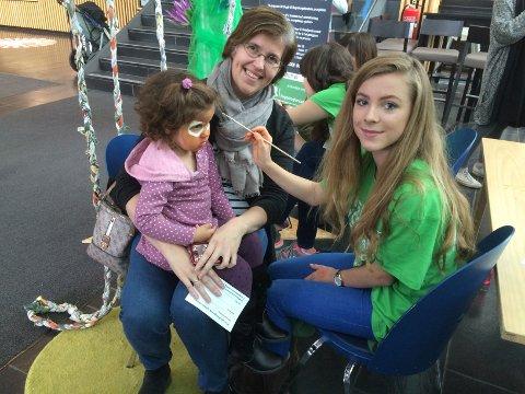 I JUNGELEN: Celin Bergquist fra Spikkestad hadde med seg datteren Alma (2 1/2). Mira Krogh malte regnskogfjes på barna.