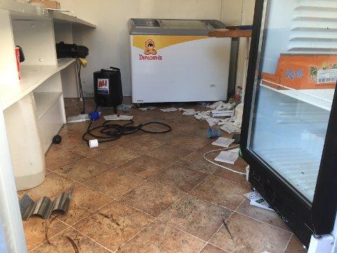ROTETE: Et tomt brusskap og mye rot var det synet som møtte de første som åpnet døren til kiosken til Bærum SK.