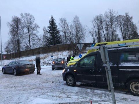 ASSISTANSE: Begge bilene måtte taues fra ulykkesstedet.