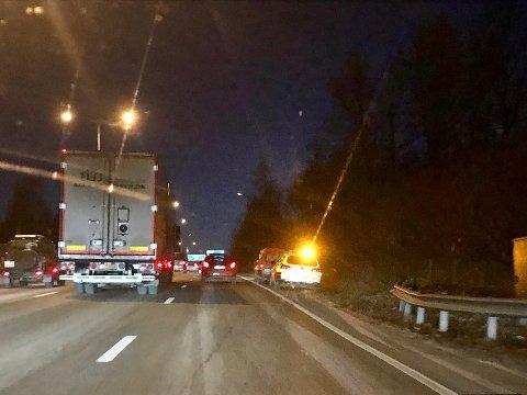 Kø på E18: Tirsdag ettermiddag var det flere ulykker i trafikken, her fra en påkjørsel bakfra ved Holmen i Asker. I Røykeneveien i Asker ble en mann påkjørt i fotgjengerfeltet. Det bidrar til lange køer på stedet.