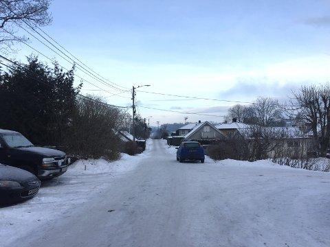 LEKTE SEG: I Øvre Gjellumvei i Heggedal havnet en bil i en hage natt til 1. juledag etter å ha lekt seg på glatta.