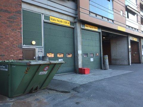 LITEN BRANN: Den første etasjen med leiligheter fikk inn en del røyk etter at det tok til å brenne i et hjørne utenfor Trekanten i Asker lørdag morgen.