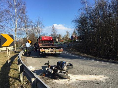 TIL SYKEHUS: Føreren av denne motorsykkelen ble tat tmed til sykehus etter å ha kjørt i autovernet ved Drengsrud.