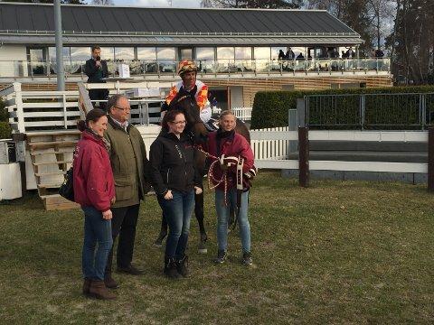 VANT: Lady On Ice vant det aller første løpet på Øvrevoll i år. Cathrine Erichsen trenes hesten som var meget bra i debuten. (Foto: Liv Kristiansen, Øvrevoll galopp)