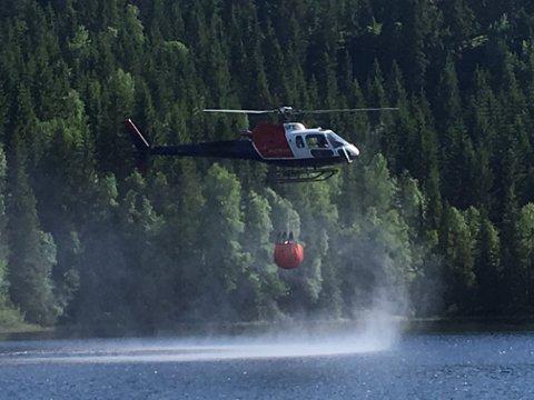 HENTER VANN: Her henter helikopteret vann fra Rognlivann.