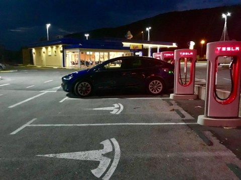 LADER: Teslaen måtte lade en god del ganger på veien ned.