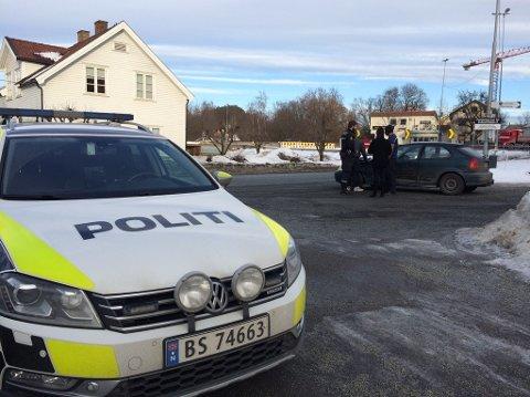 ADVARER: Politiet ber folk  unngå å kjøre Industriveien, dersom de skal ut på E16.