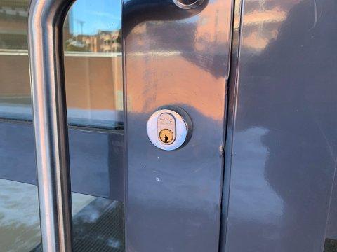 BRUTT OPP: Denne døren til Asker kommunes lokaler på Erteløkka ble brutt opp i forbindelse med innbruddet i helgen.