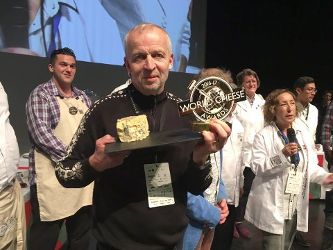 Gunnar Waagen, styreleder i Tingvollost, med det synlige beviset på at de i fjor var best i verden..