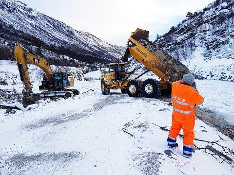 NVE gravde onsdag kveld en kanal på om lag 2 x 1 meter gjennom snødemningen i Driva. Her fra arbeidet med veien fram til skredet. Foto: NVE