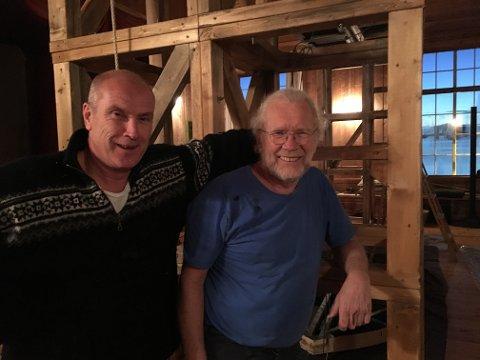 SNART PREMIERE: Roald Negård (t.v.) sammen med scenograf Carsten Andersen under arbeidet med sceneriggen denne uka.