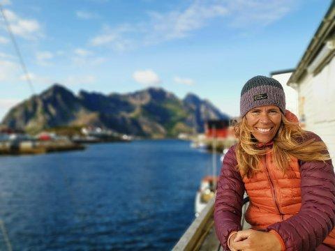Christin Løkke i det landskapet hun er inspirert av.