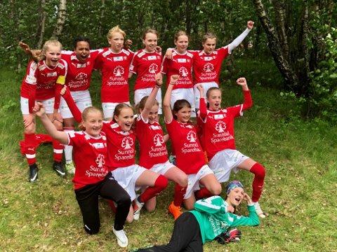 Glade jenter fra Sunndal J13 etter å ha sikret finaleplass.