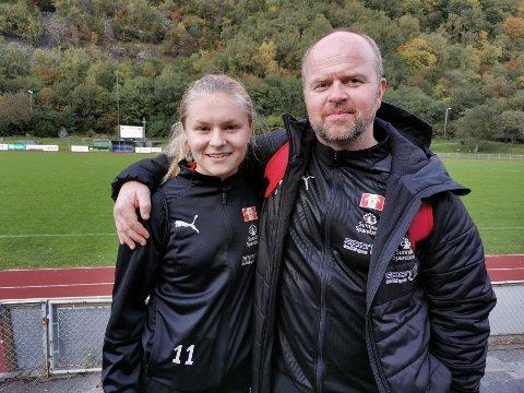Trener Jonny Lunde sammen med Thea Holten, som scora det første målet.