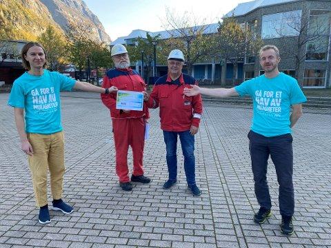 Fikk raus sjekk:  Fra venstre: Torgeir Brun (TV-aksjonen), Arve Baade og Gert Vullum (Sunndal Kjemiske Forening) og Germain Schmid (TV-aksjonen).
