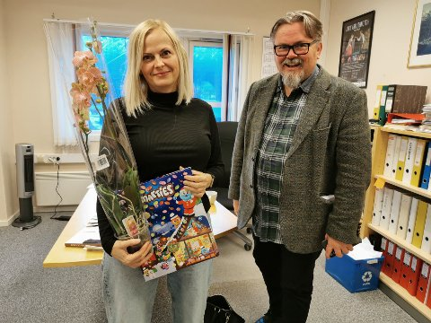 Driva-redaktør Tommy Fossum gratulerte onsdag Ellevset med prisen som hun fikk for arbeidet med pasientjournal-saken i 2019.