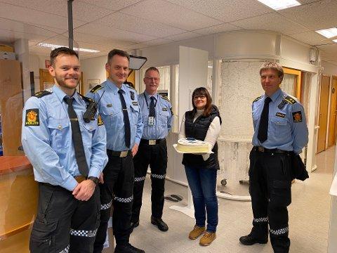 Takk til politiet: Øystein Thorsen, Jan Oddbjørn Johnsen, Ingar Solberg og Esben Bakk ved lensmannskontoret ble overrasket over kake og takk fra Kirsti Faksvåg.