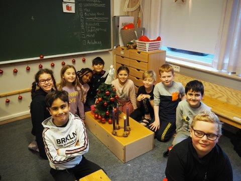 Tredje klasse: Hele tredje klasse ved Tredal skole samlet i lyttekroken, for anledningen pyntet med juletre og adventsstake.