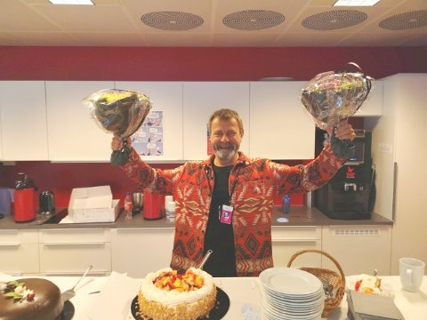 Svein Roger Karlsen: Tysdag fylte Svein Roger Karlsen 60 år, og dagen vart feira med kaker, blomster og talar hos Teatret Vårt i Molde. (Foto: Privat)