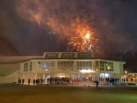 Godt nytt år: Et sprakende farvel til 2020 på Sunndalsøra.
