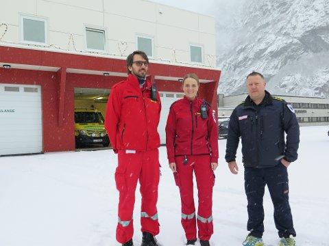 Mange bidrag: Nå blir det hjertestartere i ambulansene. Her ambulansearbeiderne Per Morten Holand og Marte Haande sammen med seksjonsleder Jonny Moen.