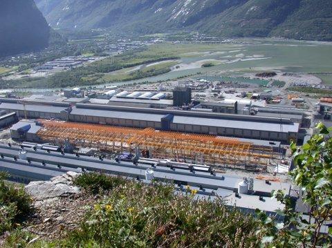 Utvidelsen ved Hydro Aluminium Sunndal i 2003, med bygging av Su4, som ble åpnet i 2004. Industriområdet på Håsøran nærmest fjorden er ennå ikke opparbeidet. Det skjedde først med tunnelmasse fra Oppdølsstrandtunnelen, som sto ferdig i 2014. I 2021 er store arealer bygd ut for industri og handel. Foto: Petter Erik Innvik