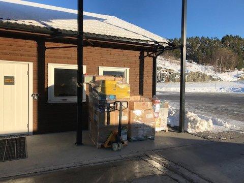 Overlast: Varebilsjåføren måtte laste av mange av sine varer for å få kjøre videre fra Bergsøy kontrollstasjon.