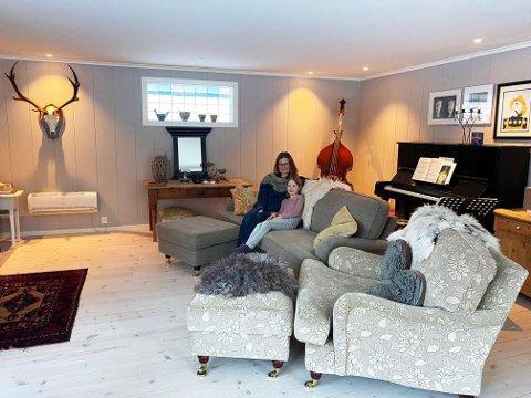 Kos: Lone og Selma koser seg gjerne i sofakroken når vinterkulden biter i veggene.