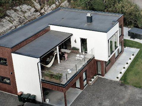 STOR VERANDA: Familien Bjerknes tilbringer mye tid på verandaen i andre etasje, som har 60 prosent tak. Foto: Privat