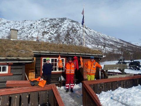 Transport: Her er det pause i transportkjøringen ved Røde Kors-hytta. Thomas Ottem Grødal (t.v.), Magne Ødegård og Stig Roger Wullum.