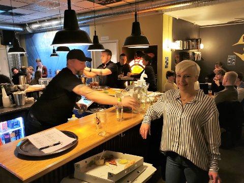 Travelt: Håvard Aune hadde det travelt med å håndtere alle bestillingene på mat og drikke. Siri-Merete Skar er veldig glad for at gjestene valgte å ta en tidlig lørdagskveld på kaféen.