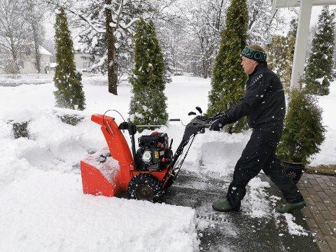 Ove Larsen er leder i Øverteigen borettslag på Grøa. Han brukte formiddagstimene lørdag til å rydde snø for de eldre i borettslaget. Foto: Ingunn Karijord.