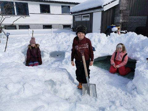Snøholegraving: Det var Fredrik som var ivrig på at storesøster Julie Kårvand (t.h.) og Selma Perine Bakk skulle bli med og grave snøholer i hagen.