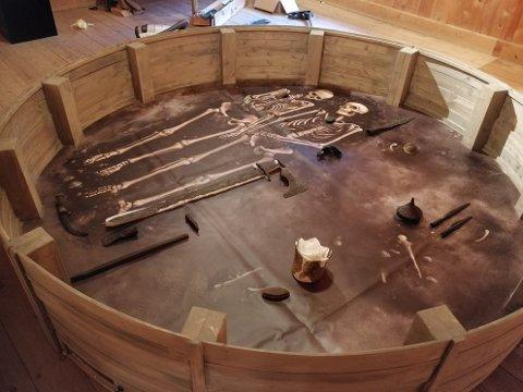 En «gravhaug» er flyttet inn og danner sentrum av den nye utstillingen om jernalderen i Sunndal.