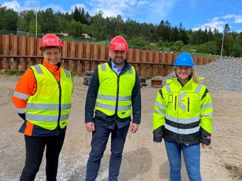 Tine Grytnes Laskerud og  Øystein Angvik, henholdsvis styreleder og daglig leder i Angvik Grytnes, sammen med Heidi Nilsen, leder av prosjektstyret for SNR.
