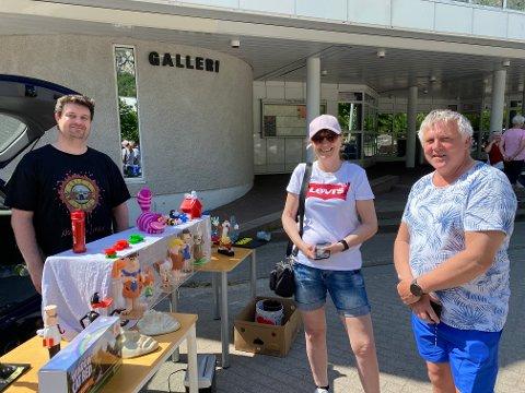 Handel: Berit og Frank Kristiansen handlet med Jan Erik Vangen i sommersola på torget.