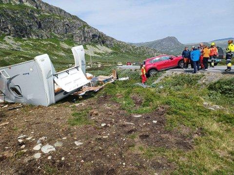 Valdresflye: En campingvogn har blåst av veien på Valdresflye. Politiet advarer mot å kjøre over fjelloverganger i området med campingvogn på grunn av sterk vind lørdag.