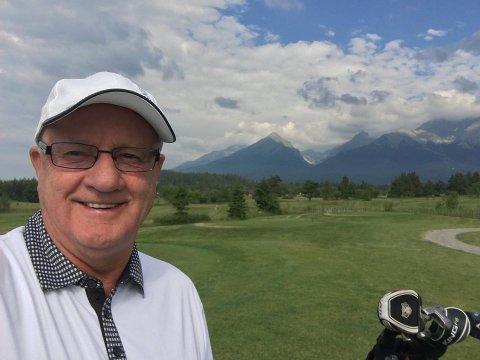 ETTER JOBB: Gunnar Falkum skriver bøker, og er på fritiden lidenskapelig engasjert i Lillestrøm Sportsklubb. Har han litt tid til overs, gjør han som på bildet; spiller golf.