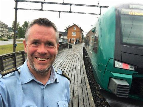 OVERKONDUKTØR: I vår ble han uteksaminert, og her er Helge Tangen på jobb som overkonduktør for Vy.