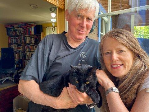 LYKKELIGE ADOPTIVFORELDRE: Petter, Lill Heidi og datteren Ragnhild (14) fikk adoptere hjemløse Speedy fra Stovner. Det er seks og et halvt år siden, og han er en svært lykkelig katt, kan de fortelle.